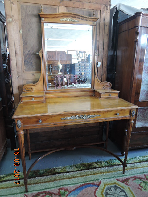 English dressing table in lemongrass wood, mirror  Beveled, 19th century.