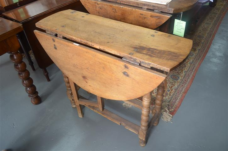 Table tocinera Castilian walnut, s. XVII, folding with a drawer